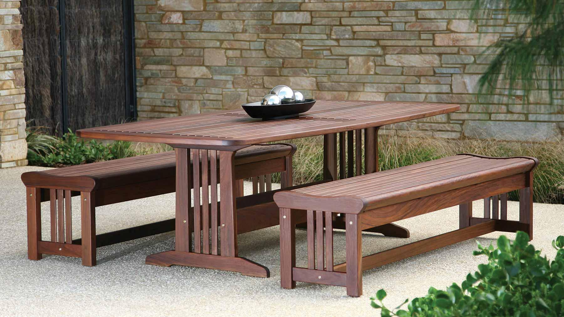 Table et bancs en bois d'extérieur