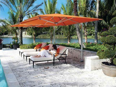parasol Ocean Master Cantilever dans un aménagement extérieur